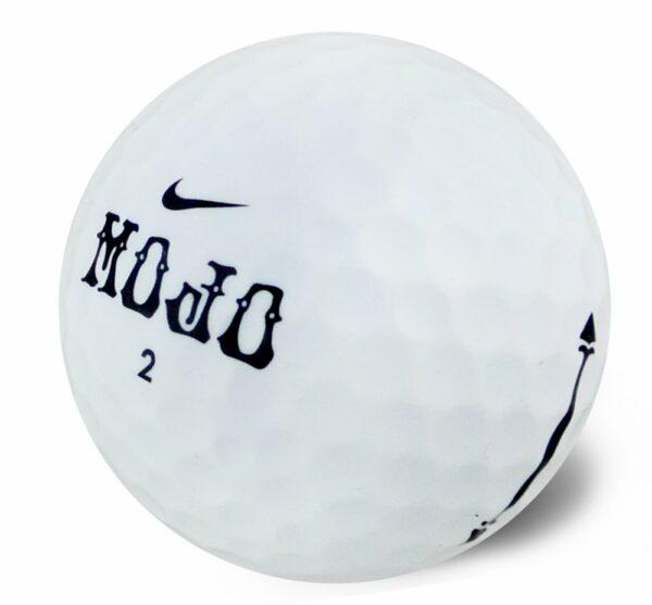 Nike Mojo golfkúla í nærmynd.