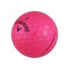 Bleikur Callway Supersoft golfbolti í nærmynd.