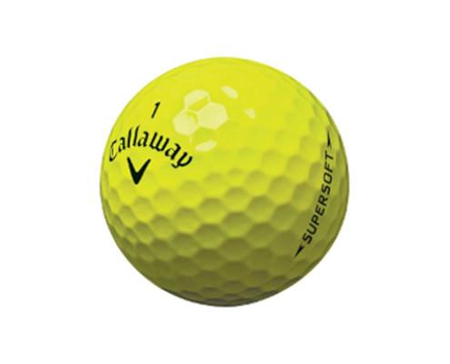 Nærmynd af gulri Callaway Supersoft golfkúlu.