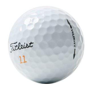 Titleist Velocity golfbolti í nærmynd.
